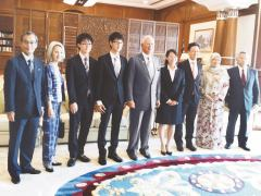 Local television and newspaper news extensively covered Meiji University students' courtesy call on Prime Minister Najib.<br/>  (Left) Professor Horie, (third from left and to the right) Messrs. Nomoto, Watanabe, and Prime Minister Najib, (third from right) Mr. Shibazaki