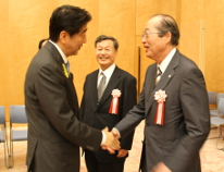 After the ceremony, Professor Emeritus Mukaidono shook hands with Mr. Abe.