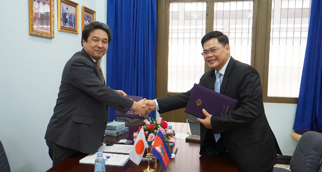 Professor Tanaka shaking hands with Institute of Technology of Cambodia Director OM Romny