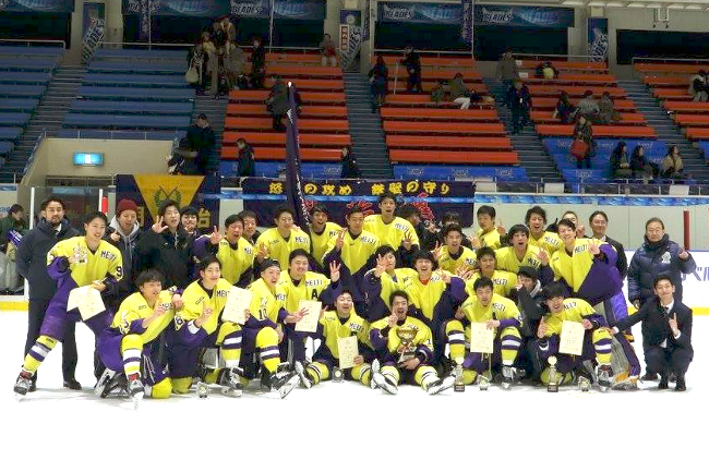 The ice hockey team that won the Intercollegiate Championships for the second year in a row (Photo courtesy of the Ice Hockey Division of Meiji University Athletic Association's Skating Club)
