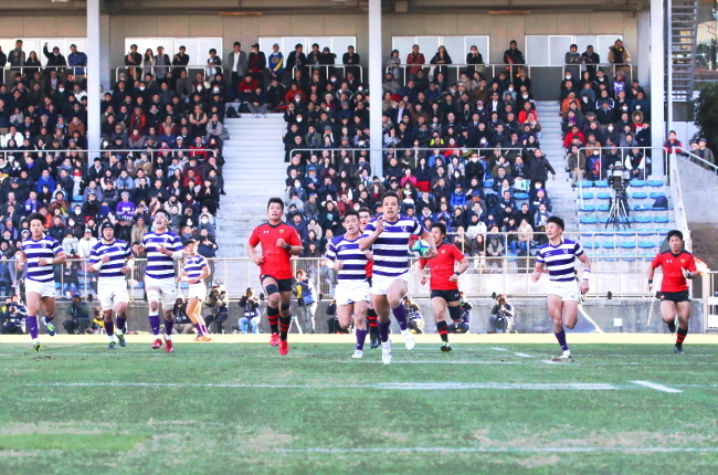 Yusuke Kajimura (a fourth-year student in the School of Political Science and Economics) scored a try for the first points in the match.
