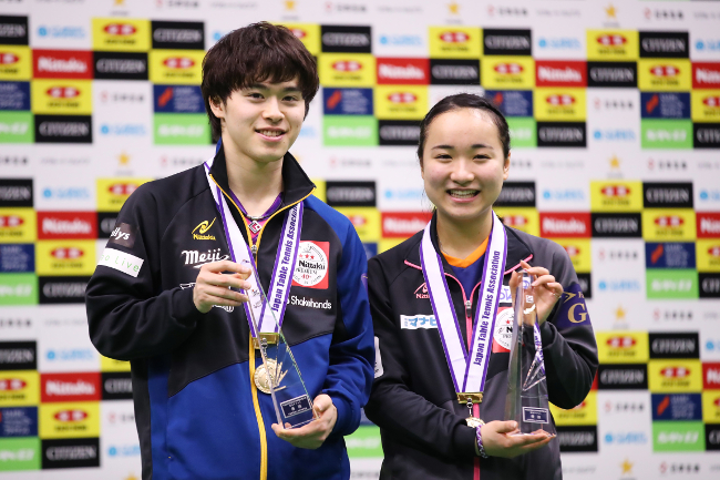 Morizono (left) and Ito after the pair overwhelmed their opponents by winning every single match in the finals (Photo by AFLO SPORT)