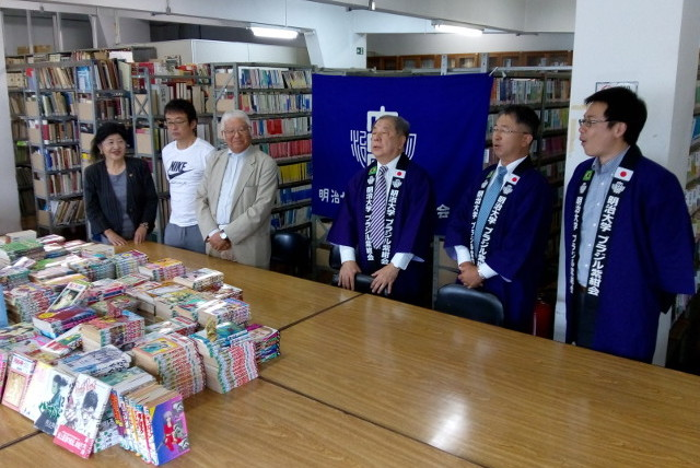 The manga books were presented by Special Advisor to the President Ninomiya (center-right) to Vice President Matsuo