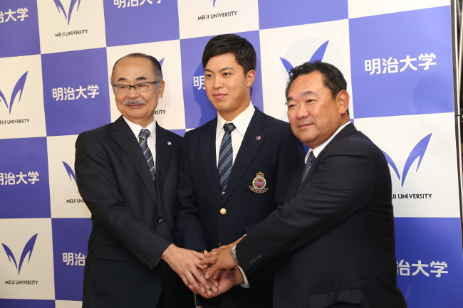Director Inoue (left), Coach Yoshinami (Right) and Watanabe at a press conference