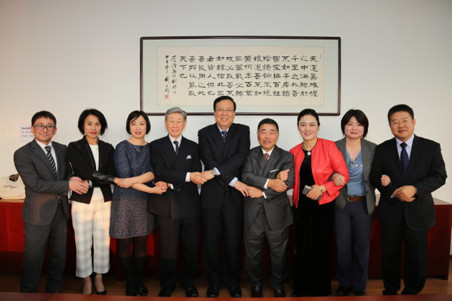 Building the bond of deepening exchange. Hao Ping, president of Peking University (center) and Keiichiro Tsuchiya, president of Meiji University (right of center).